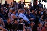 Před promítáním kinematografu bratří Čadíků na Palackého náměstí v Kutné Hoře.