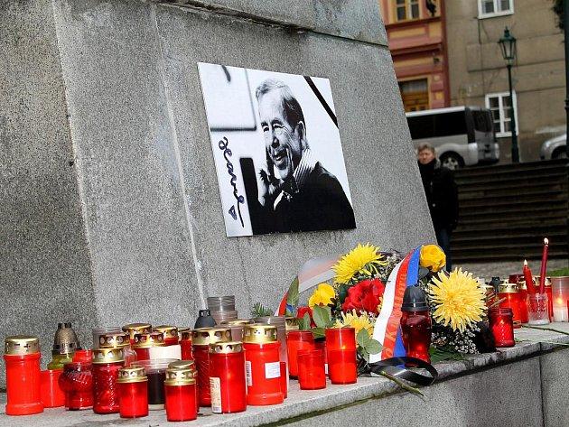 Pietní rozloučení s Václavem Havlem se uskutečnilo v pátek před polednem u pomníku TGM v Kutné Hoře.