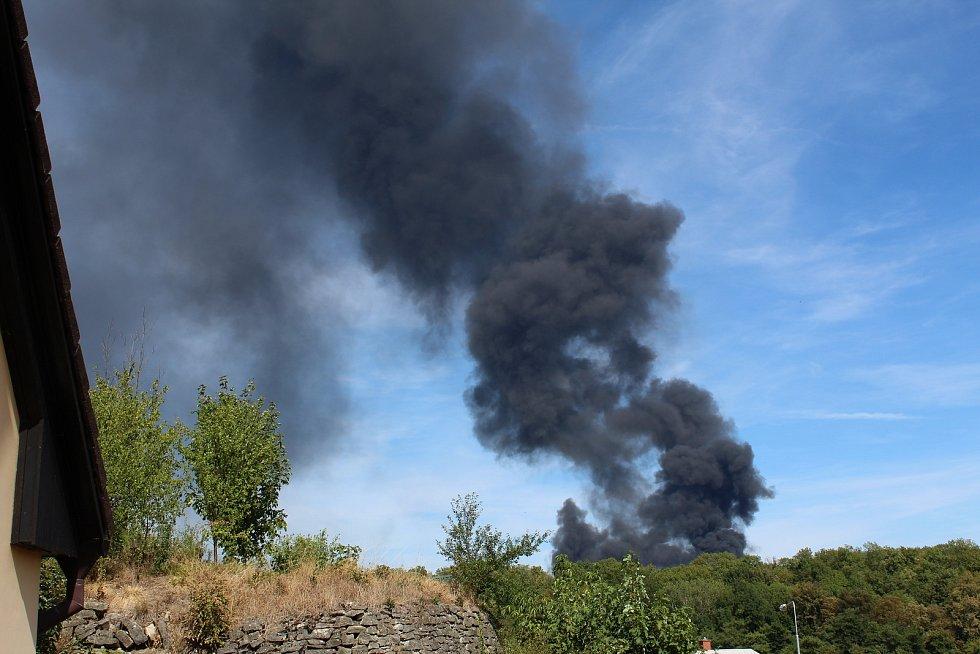 Požár na Karlově je vidět do širokého okolí
