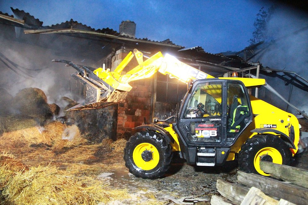 Z likvidace požáru zemědělského stavení v Čenovicích na Kutnohorsku.