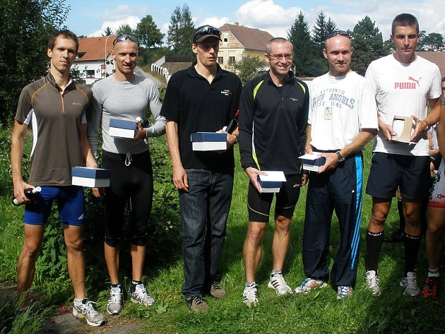 Michal Malek (1.zleva) jako vítěz 19. ročníku Čáslavského duatlonu. Za ním skončil jako druhý Jan Vodehnal, stálice české triatlonové a duatlonové scény, reprezentant a účastník ME.