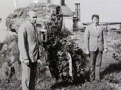 U příležitosti 62. výročí VŘSR - kladení věnců u pomníku padlých v 1. a 2. světové válce.