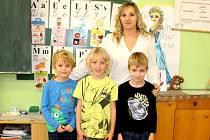 Prvňáčci ze Zbýšova s třídní učitelkou Ivanou Samohelovou ve školním roce 2019/2020.
