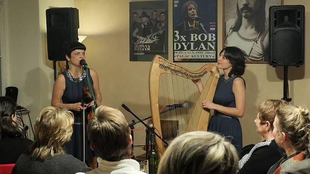 Dvojice Delioú zahrála v Blues Café.