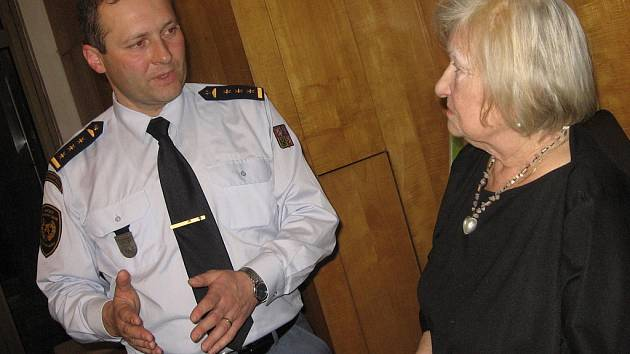 Šéf profesionálních hasičů na Kutnohorsku Jiří Pokorný a vedoucí Akademie třetího věku Jindřiška Marková.
