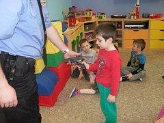 Policisté si připravili pro mateřinku poučnou besedu.