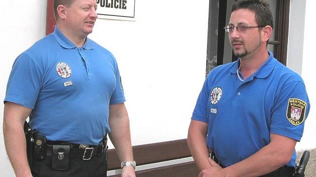 Drahoslav Svoboda (vlevo) a Jaroslav Holík jsou jedinými městskými strážníky v Čáslavi, kteří se mohou pochlubit ministerským oceněním za statečnost.