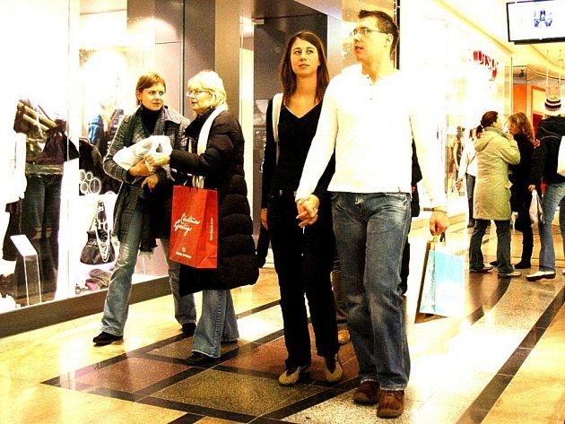 V předvánočním shonu a zmatku často dojde k nedorozumnění a někteří mohou dostat dva stejné dárky. Pak nastává kajícný návrat do prodejny s přáním dárek vrátit nebo vyměnit.