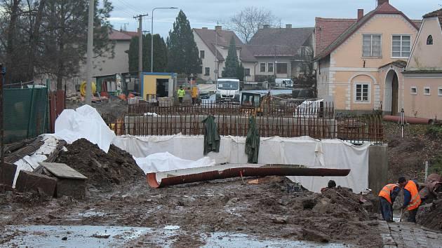 Rekonstrukce močovického mostu se o půl roku protáhne.