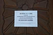 Oznámení na dveřích Informačního centra na Palackého náměstí v Kutné Hoře.