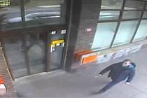 Tento muž by podle sdělení policie mohl objasnit krádež peněženky.