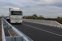 Řidiče trápí silnice mezi Čáslaví a obcí Vrdy.