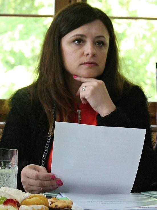 Hejtmanka Středočeského kraje Jaroslava Pokorná Jermanová na setkání starostů ve Zbraslavicích na Kutnohorsku.