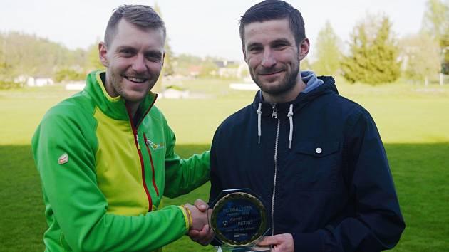 Sportovní redaktor Kutnohorského deníku Michal Pavlík (vlevo) předal cenu za nejlepšího Fotbalistu okresu 2016 Kamilovi Petrů ze Zruče nad Sázavou.