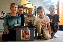 Volební místnosti se začaly chystat už ve čtvrtek. Děti ze škol, kde se volí, si tak mohly prohlédnout volební urny zblízka.