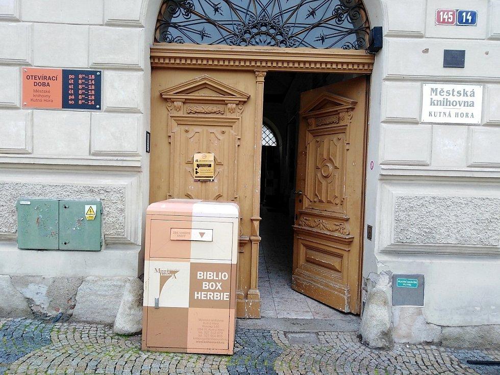 Vchod do budovy Městské knihovny v Husově ulici v Kutné Hoře.