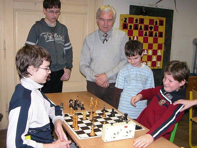 Vladislav Buňka mezi mladými šachisty.