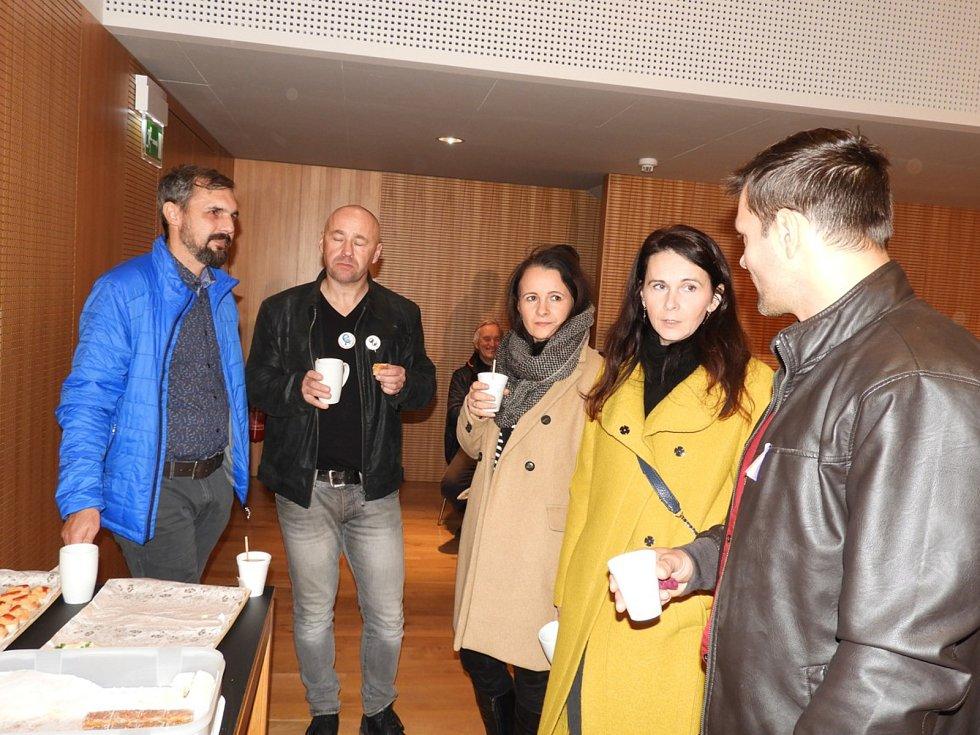 Z neformálního setkání občanů na Nové scéně Dusíkova divadla v Čáslavi u příležitosti třicátého výročí sametové revoluce.