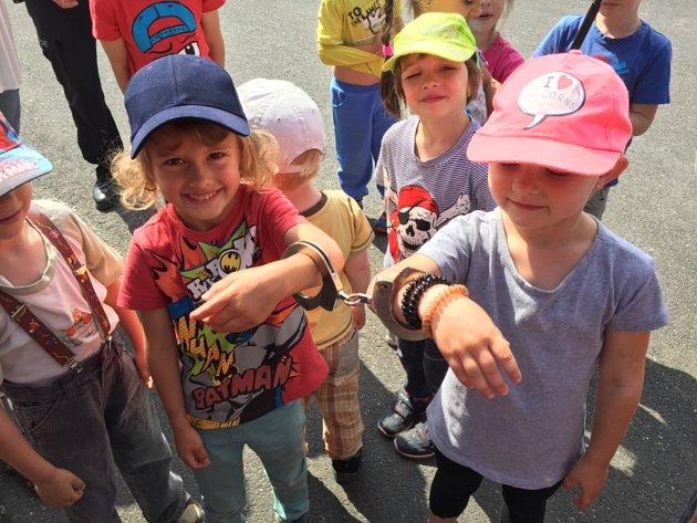 Děti ze školky navštívily policisty.