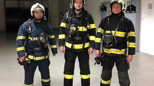 Čevenojanovičtí dobrovolní hasiči před absolvováním výcviku.