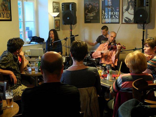 Kateřina Svobodová se skupinou Tajemoje zahrála v Blues Café