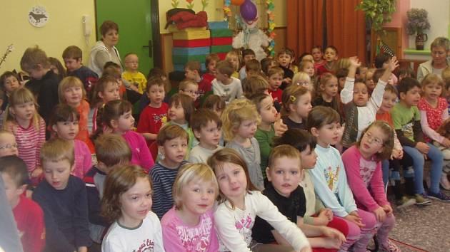 Děti z Mateřské školy 17. listopadu zhlédly divadelní představení Nebeské pohádky.
