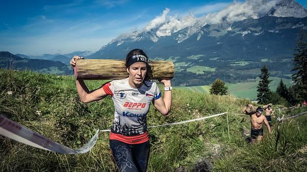Závod Spartan Race v Oberndorfu 2018. Fabiánová při stoupání do sjezdovky s břemenem.