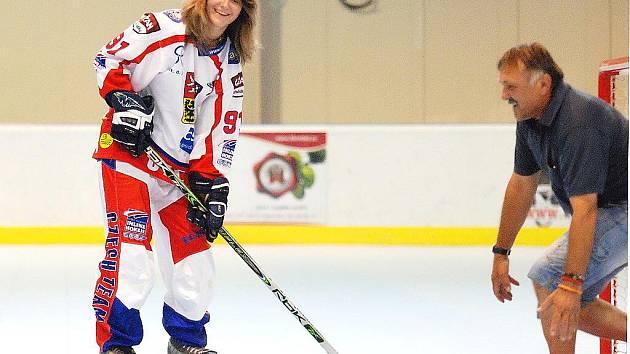 Alena Polenská s Kateřinou Ivičičovou vyzkoušely nový povrch na in-line hokej v Kutné Hoře, 29. července 2010.