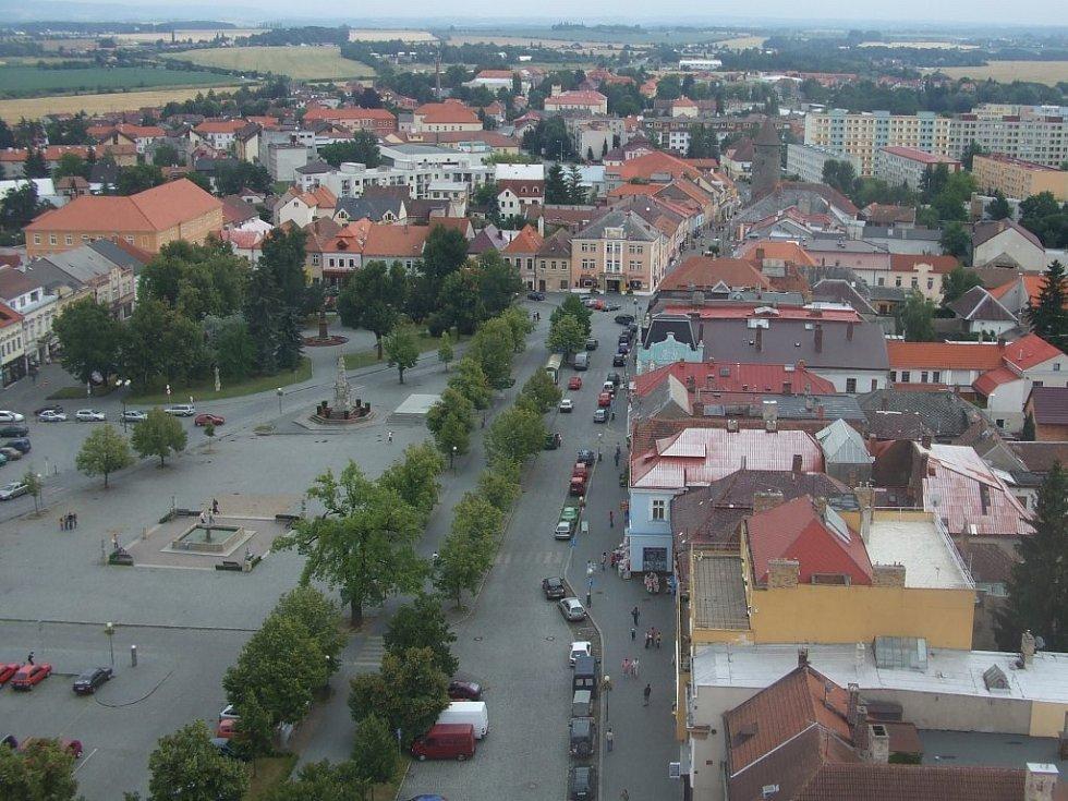 Pohled na Čáslav z věže kostela Petra a Pavla.
