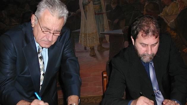 Jaroslav Řehák ze společnosti Medistyl Pharma a starosta Ivo Šalátek při podpisu smluv.