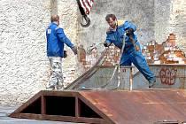 Pracovníci kutnohorských Technických služeb přemísťují rampy