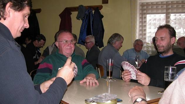 Na stole má při hře kromě balíčku karet a nádobky s drobnými mincemi své nezapomenutelné místo také sklenice s pivem či limonádou. Není divu – mariášové klání trvá šest hodin i více a za tu dobu zkrátka pořádně vyprahne v hrdle karbaníků.