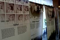 Z vernisáže putovní výstavy o životním příběhu židovské dívky Anny Frankové na Základní škole Jana Palacha v Kutné Hoře.