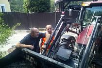 Členové Sboru dobrovolných hasičů v Ratajích nad Sázavou čistí a opravují kašny.