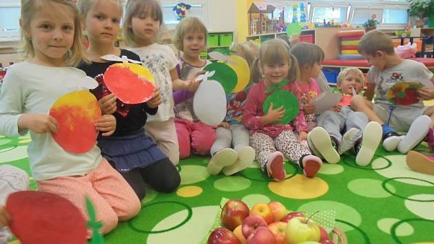 Děti z mateřinky v ulici 17. listopadu v Kutné Hoře se pobavily při Jablíčkování.