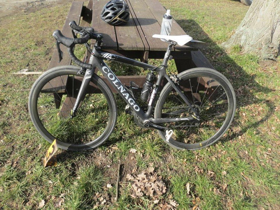 Dopravní nehoda v Nechybě: cyklistka porazila chodce.