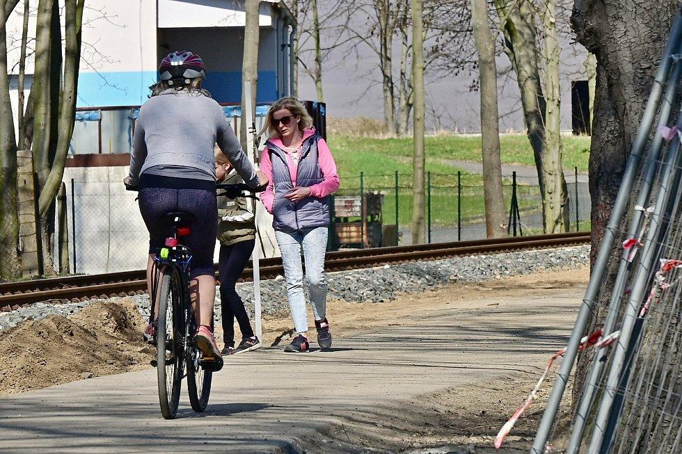 Na cyklostezce podél říčky Vrchlice v Kutné Hoře.