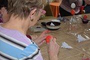 Ženy ve Zruči nad Sázavou se připravují na Velikonoce.