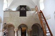 Interiér románského kostela sv. Jakuba v Jakubu.