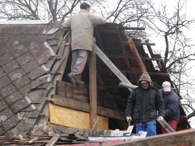 Odstraňování škod po ničivé větrné vlně v Hlízově.