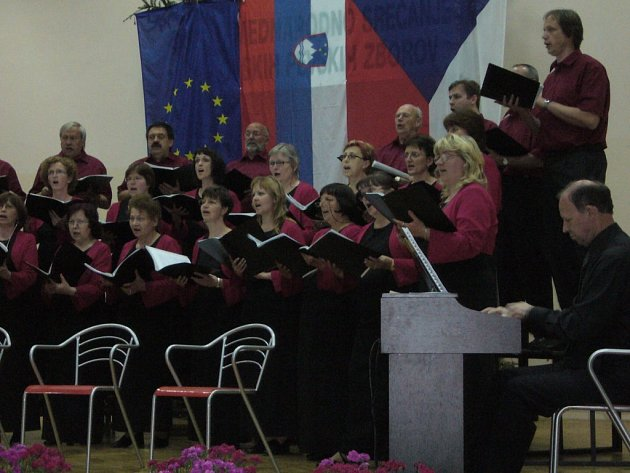 Vystoupení Učitelského smíšeného pěveckého sboru Tyl ve Slovinsku.