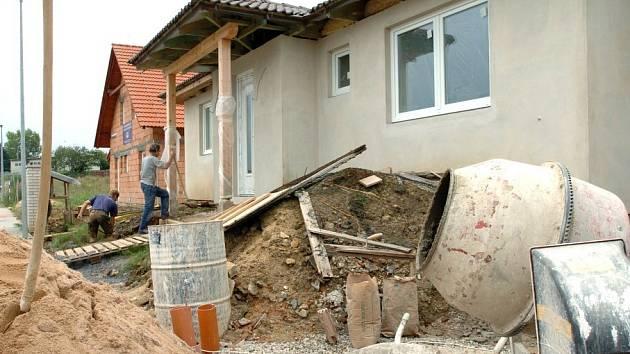 Nový rodinný dům vždy udělá radost svému majiteli. Při stavbě však může dojít k velmi nepříjemným situacím. Dluhy mezi dodavatelskými firmami mezi ně rozhodně patří.