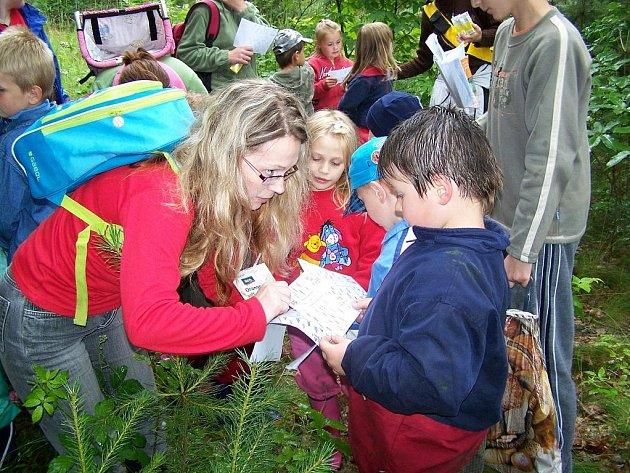 Děti z mateřinky v Bílem Podolí vyrazily za pokladem.