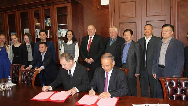 Memorandum za čínskou stranu podepsal Wang Jianman, místopředseda Zhejiang provinčního výboru Čínské lidové politické konzultativní konference.
