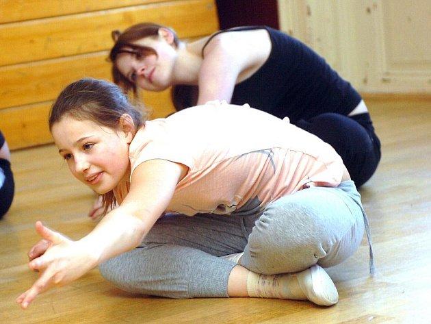Jive se měla možnost naučit děvčata v rámci tanečního maratonu v DDM Dominik v Kutné Hoře.
