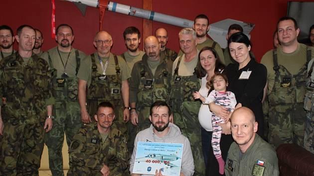 Z předání výtěžku finanční sbírky příslušníků 212. taktické letky v Čáslavi pro hendikepovanou Terezku.