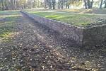 Část ha-ha zdi v zámeckém parku na Kačině po rekonstrukci.