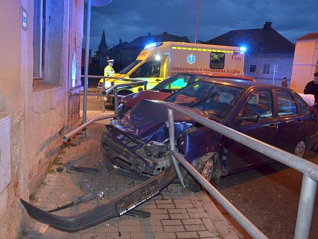 Nehoda dvou osobních automobilů se stala krátce po čtvrté hodině odpolední