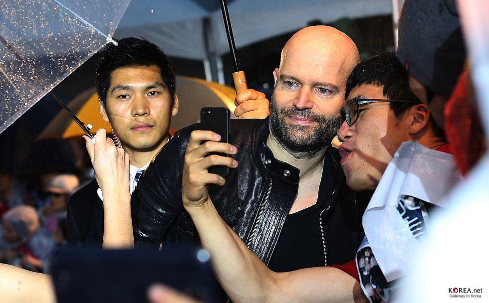 Režisér Marc Forster v roce 2013 v Jižní Koreji. Režisér natáčí v Praze a Kutné Hoře velkofilm White Bird: A Wonder Story