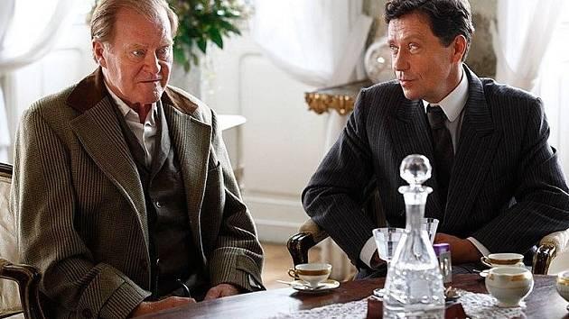 Jan Vlasák coby Alois Valenta a advokát Benoni v podání Pavla Kříže.